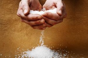 Τρία σημάδια του σώματος ότι πρέπει να μειώσετε το αλάτι