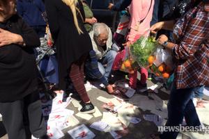 Προπηλάκισαν πολίτες που μοίραζαν φυλλάδια της Ρένας Δούρου