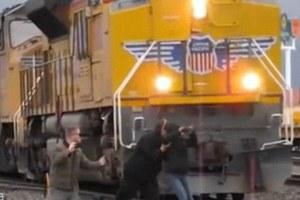 Χάζευε ένα τρένο και κινδύνεψε να χτυπηθεί από άλλο