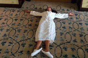 Ξαπλώνει στο πάτωμα επειδή το κρεβάτι της είναι άβολο