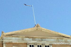 Ο αέρας έκοψε την ελληνική σημαία στη Βουλή