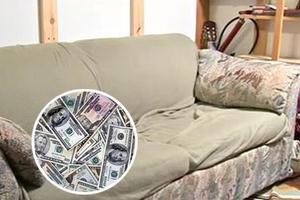 Ο μεταχειρισμένος καναπές έκρυβε... θησαυρό!