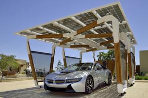 Γκαράζ από μπαμπού της BMW φορτίζει ηλεκτρικά αυτοκίνητα