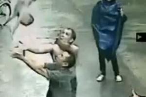 Άνδρας έσωσε βρέφος που «βούτηξε» από τον δεύτερο όροφο