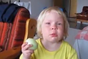 Τρώγοντας κρεμμύδι λες και είναι... μήλο
