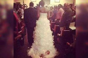 Έδεσε το μωρό της στην ουρά του νυφικού της