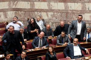 Αρένα η Βουλή από τις προκλήσεις των Χρυσαυγιτών