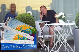 Πουλούσε εισιτήρια στη μαύρη αγορά και υποσχόταν... ειδική φιλοξενία από τη ΦΙΦΑ