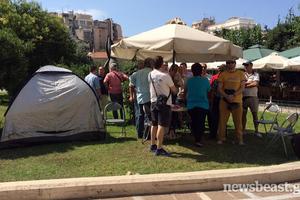 Κατασκήνωσαν οι δημοτικοί αστυνομικοί στην πλατεία Κλαυθμώνος