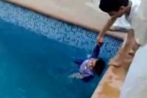 Πώς μαθαίνουν οι άραβες στα παιδιά κολύμπι