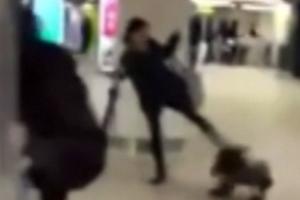 Μητέρα κλωτσάει την κόρη της στο κεφάλι