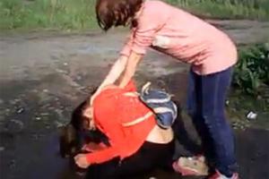 Ανάγκασαν συμμαθήτριά τους να πιει νερό από λακκούβα