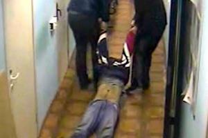 Αστυνομικοί σέρνουν στο πάτωμα κρατούμενο σε κώμα