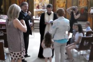 Ιερέας διέκοψε τη βάπτιση επειδή αρνήθηκε το παιδί