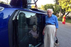 Η γιαγιά εγκλωβισμένη στο αμάξι και ο παππούς ποζάρει!