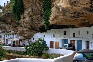 Η πόλη που ζει κάτω από… έναν βράχο