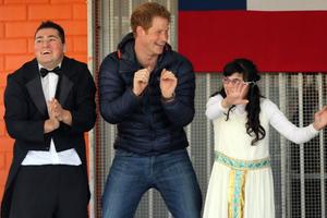 Ο πρίγκιπας Χάρι χορεύει με παιδιά με ειδικές ανάγκες