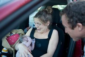 Γέννησε την κόρη της μέσα στο αυτοκίνητο