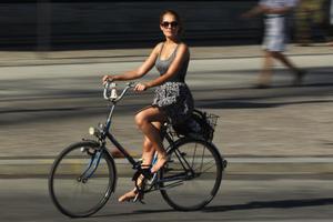 Το απίθανο κόλπο για να ανεβαίνουν οι γυναίκες με φούστα σε ποδήλατο