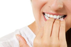 Τελειομανείς όσοι «τρώνε» τα νύχια τους
