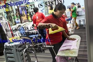 Οικιακές βοηθοί… στολίζουν βιτρίνες πολυκαταστήματος στη Σιγκαπούρη