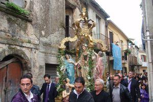 Η περιφορά του αγάλματος της Παναγίας έκανε στάση σε σπίτι νονού της μαφίας!