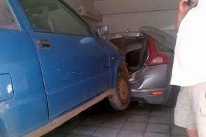 Ηλικιωμένος εισέβαλε με το αυτοκίνητό του σε πυλωτή πολυκατοικίας