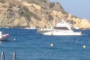 Σκάφος έπεσε στα βράχια στη Σύρο