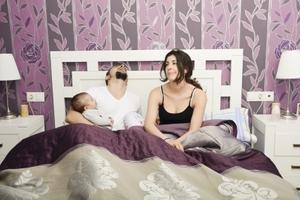 Ο κακός ύπνος επηρεάζει τη διάθεση των γονέων