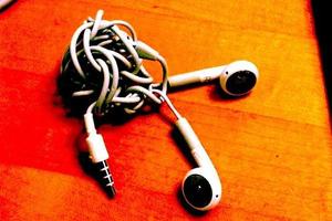 Η επιστήμη εξηγεί γιατί μπλέκονται τα ακουστικά