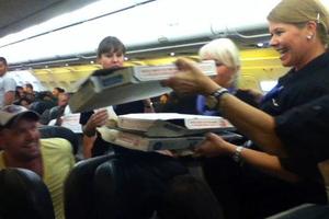 Το αεροπλάνο κόλλησε, οι επιβάτες έφαγαν πίτσες!