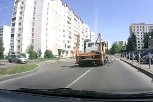 Την πατάει φορτηγό, σηκώνεται και περπατάει!