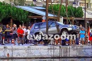 Αυτοκίνητο έπεσε στη θάλασσα στην Κάρυστο