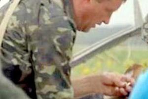 Φιλορώσος με τη βέρα νεκρού επιβάτη του Μπόινγκ στο χέρι