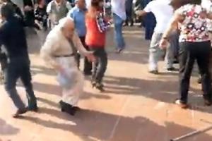 Παππούς πέταξε τις πατερίτσες και χορεύει ροκ