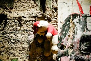 Ένα αρκουδάκι κρεμασμένο στα Εξάρχεια...