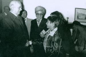 Ποιος σημερινός υπουργός είναι το παιδί που χαιρετά τον Καραμανλή