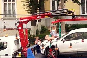 Ρωσίδα κάνει pole dancing για να μην της πάρουν το αυτοκίνητο