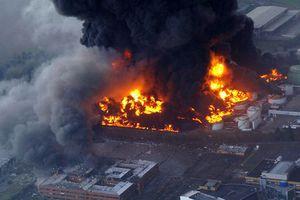 Φλέγονται δεξαμενές πετρελαίου στη Λιβύη μετά από επίθεση με ρουκέτα
