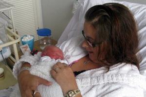 Έμαθε ότι είναι έγκυος 4 ώρες πριν γεννήσει!