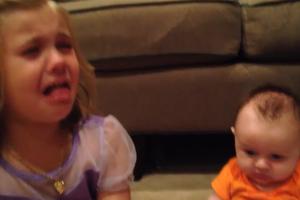 Κλαίει γιατί θα… μεγαλώσει το μωρό