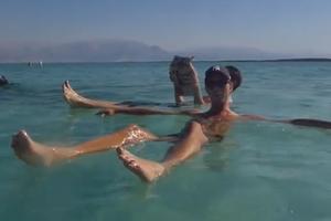 Το κολύμπι στη Νεκρά Θάλασσα είναι πολύ απλή υπόθεση