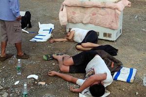 Διαμαρτύρονται με τα νεκρά παιδιά τους μέσα σε έναν καταψύκτη