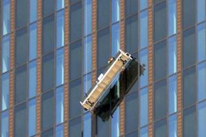 Έμειναν κρεμασμένοι από τον 48ο όροφο