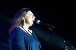Η πτώση της Χαρούλας Αλεξίου σε συναυλία της στη Σύρο