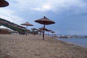 Ελληνική παραλία έχει μετατραπεί σε απέραντο … τασάκι