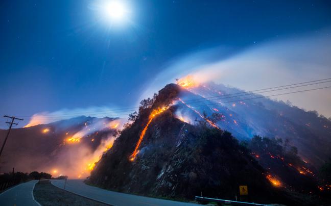 Φωτογράφος «κυνηγάει» τις φλόγες στη Καλιφόρνια
