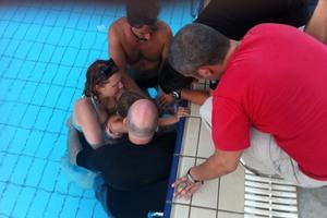 Κορίτσι 4 ετών εγκλωβίστηκε σε σιφόνι πισίνας