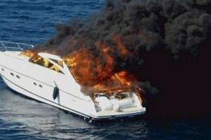 Στις φλόγες τυλίχτηκε σκάφος στην Ιθάκη