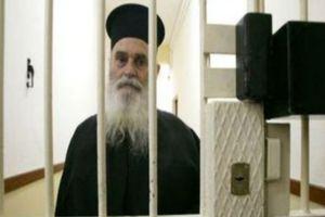 Ο Έλληνας φύλακας-άγγελος των κρατουμένων